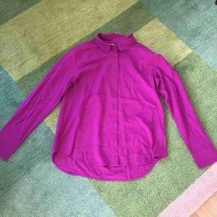 Vacker blus/skjorta från Uniqlo i en rosalila färg