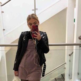 Puderrosa klänning från urban outfitters. Älskar denna så mycket men har bara blivit använd en gång😭 frakt tillkommer