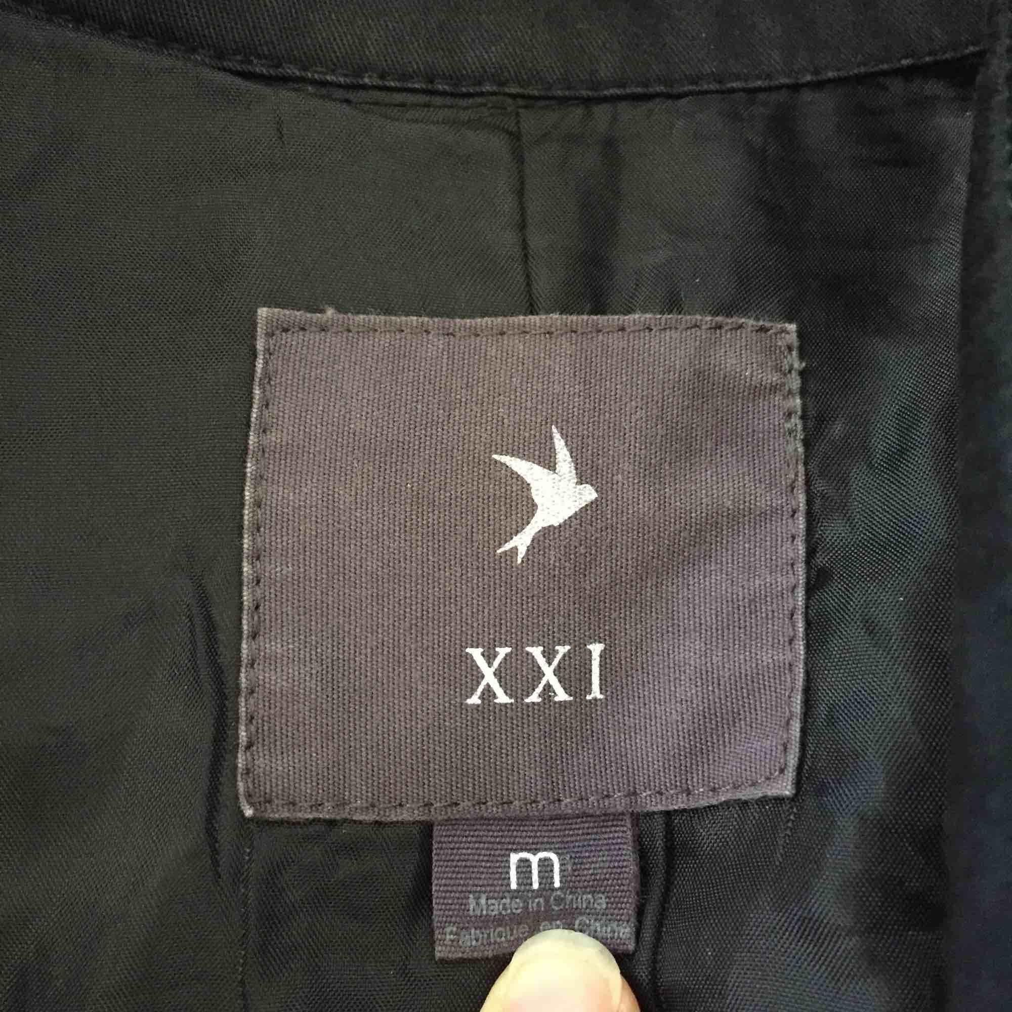 Supersnygg kappa/trenchcoat i svart. Utsvängd och fickor. Litet hål under kragen, inget som syns.. Jackor.