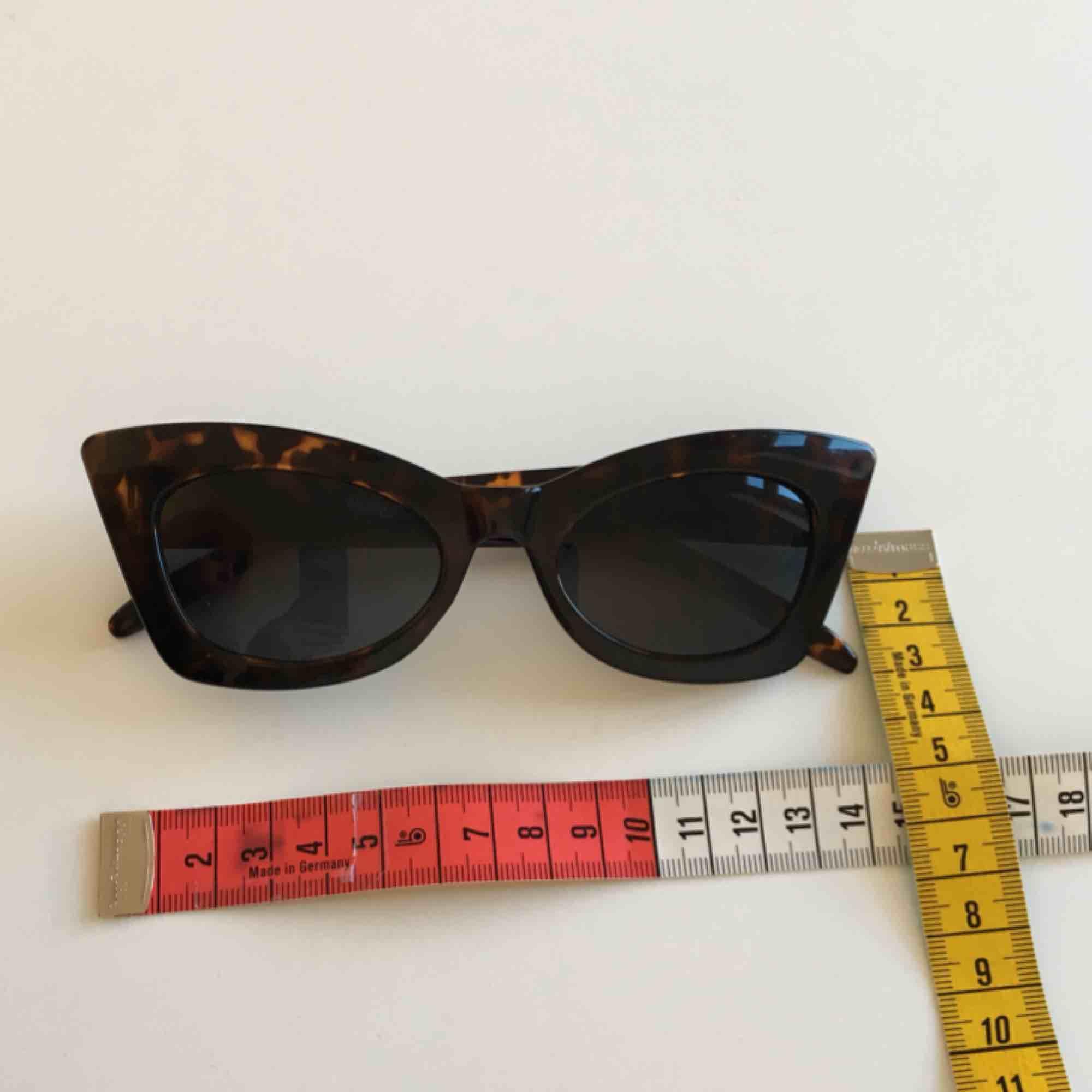 Retro solglasögon! Funkar bra mot sol och är väldigt snygga, lite för tighta för mitt huvud dock :(. Frakt ingår . Accessoarer.