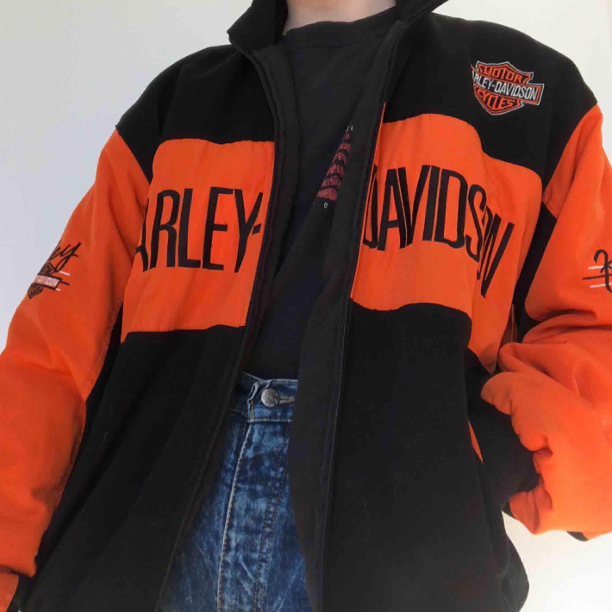 Asball Harley-Davidson bomberjacka. Passar perfekt till våren! Frakt ingår. Jackor.