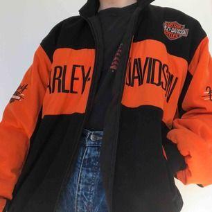 Asball Harley-Davidson bomberjacka. Passar perfekt till våren! Frakt ingår