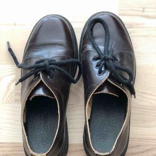 Fina skor från Topshop i skinn. Är exakt samma modell som DR Martens låga skor. Använt dem endast 1 gång