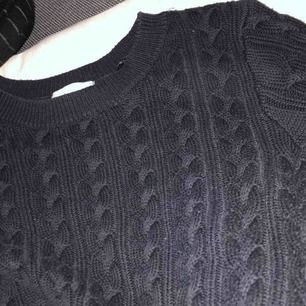 En knappt använd kabelstickad tröja från hm i marinblå, för mer info och bilder kontakta mig💞