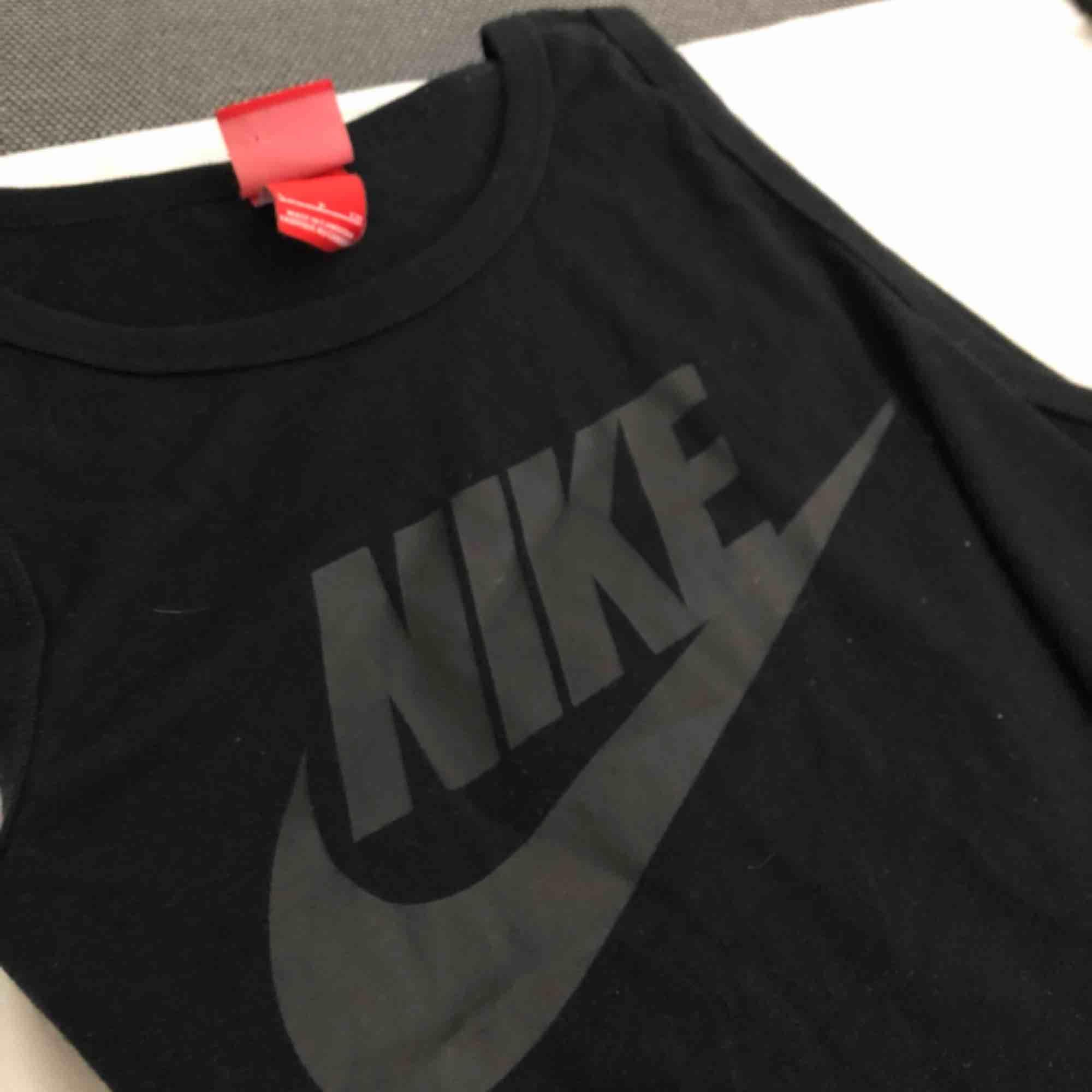Ett knappt använt Nike linne,väldigt snyggt men har för många liknande, kontakta mig om du vill ha fler bilder eller mer info💞. Huvtröjor & Träningströjor.