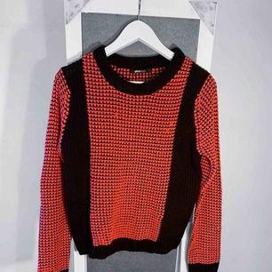 Rosa och svart stickad tröja från Gina Tricot storlek S i bra skick förutom små defekter. Frakt kostar 55kr extra, postar med videobevis/bildbevis. Jag garanterar en snabb pålitlig affär!✨ ✖️Fraktar endast