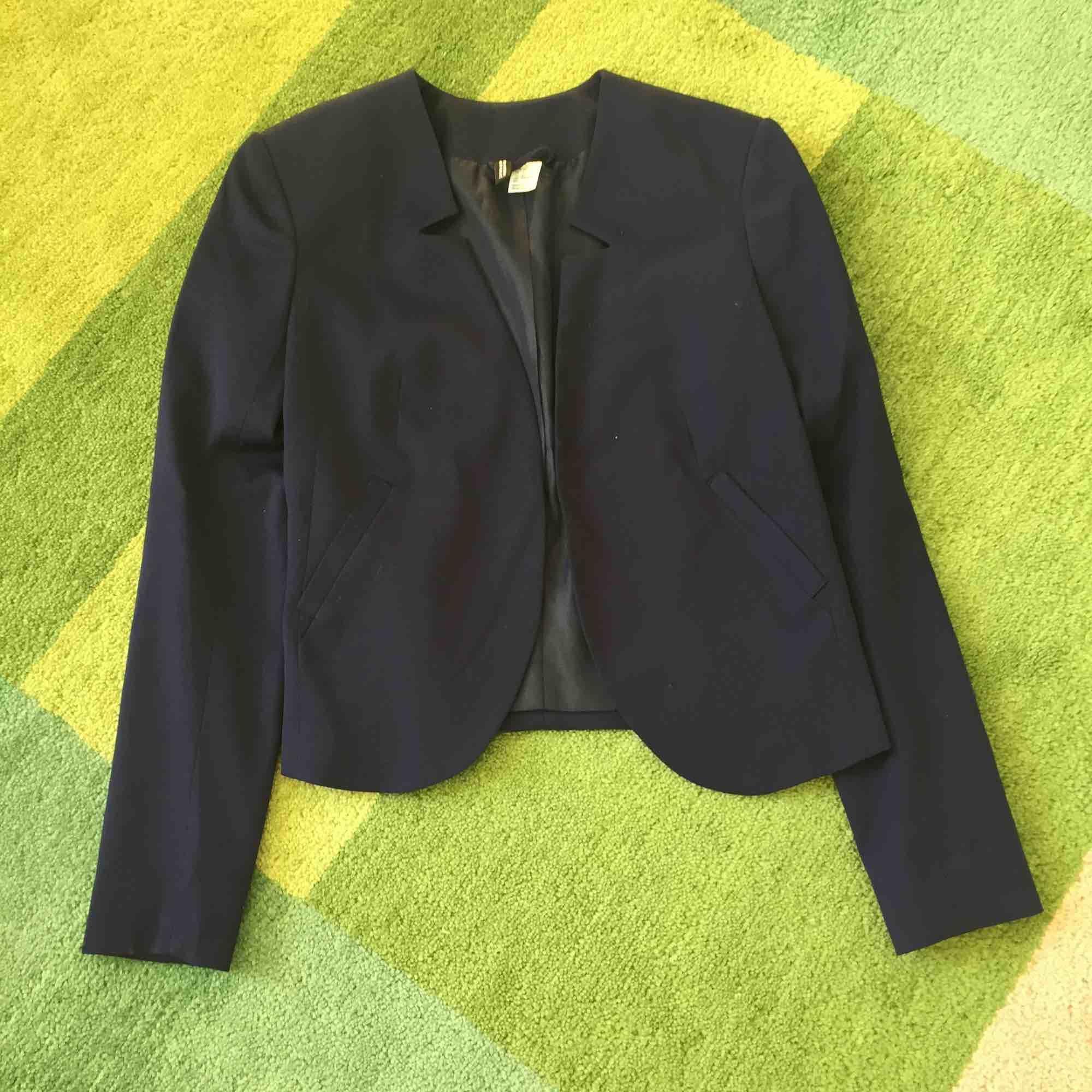 Snygg mörkblå kavaj från HM.. Kostymer.