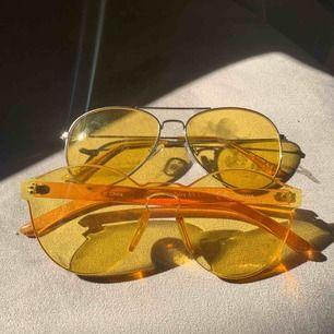 Gula solglasögon i två olika modeller, ett par i pilotmodeller, och ett par i frameless modell.  Kan ha några repor, men annars som nya!  35 kr st, eller båda 70kr. ☀️🌙🐤🌼🌻