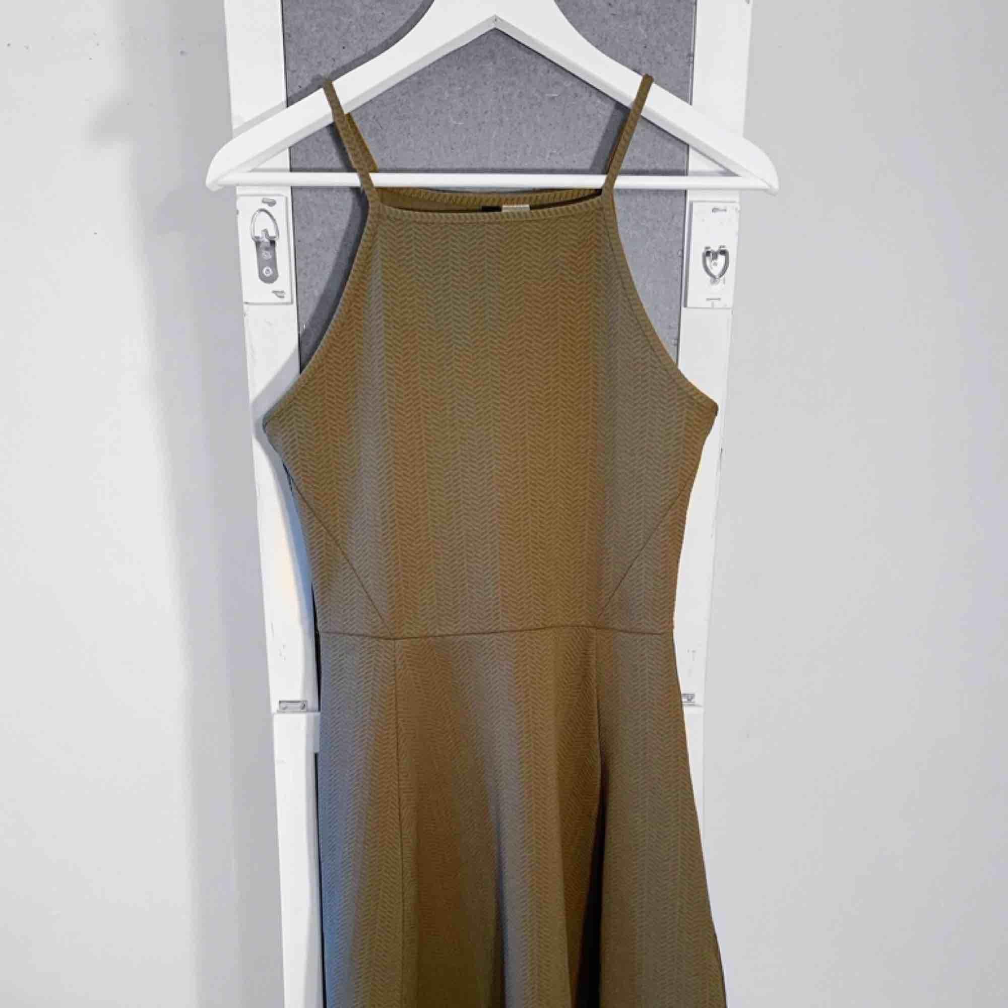 Grön klänning från HM i nyskick, storlek 38. Frakt kostar 36kr extra, postar med videobevis/bildbevis. Jag garanterar en snabb pålitlig affär!✨ ✖️Fraktar endast✖️. Klänningar.
