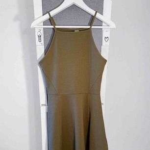Grön klänning från HM i nyskick, storlek 38. Frakt kostar 36kr extra, postar med videobevis/bildbevis. Jag garanterar en snabb pålitlig affär!✨ ✖️Fraktar endast✖️