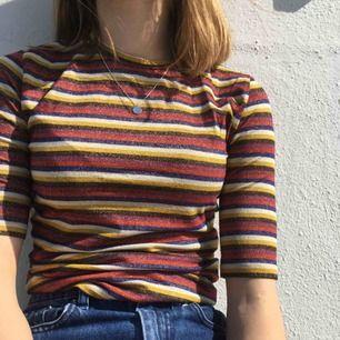 Jätte snygg glittrig tröja som sitter ganska tajt! Frakten står köparen för eller så kan jag mötas upp i Sthlm☺️