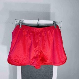 Rosa shorts från Monki storlek M i bra skick. Frakt kostar 18kr extra, postar med videobevis/bildbevis. Jag garanterar en snabb pålitlig affär!✨