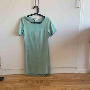Grön klänning som jag använt max 2 gånger. Superfin men kommer bara inte till användning så därför säljer jag den. Materialet är superhärligt. Finns att hämta i Göteborg annars står köparen för frakten