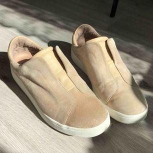 Snygga skor från K.Cobler perfekta nu till våren/sommaren, i befintligt skick och frakten ingår! Originalpris: 1200kr