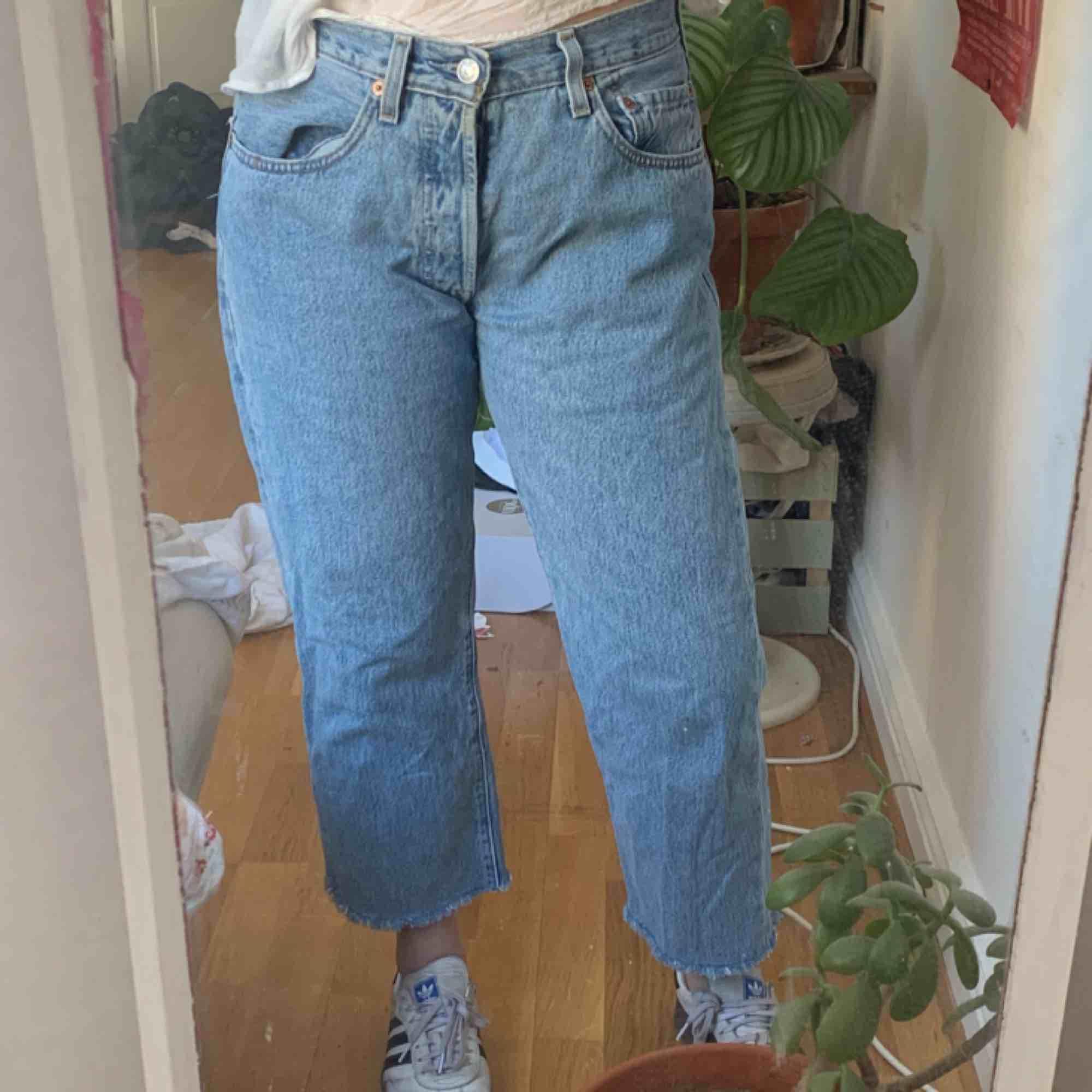 Ljusblå vintage Levis 501 i strl 32!! Sitter mer som en waist 30 skulle jag säga. Typ medium kanske. Avklippta nere så skulle inte rekommendera till någon längre än 165 cm om man inte gillar den croppade looken . Jeans & Byxor.