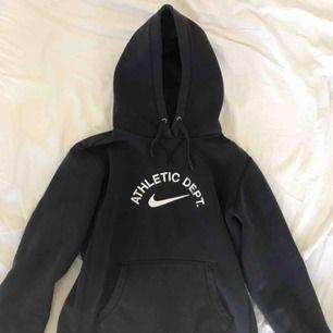 En mörkblå, riktigt snygg hoodie från Nike, frakt ingår inte i priset