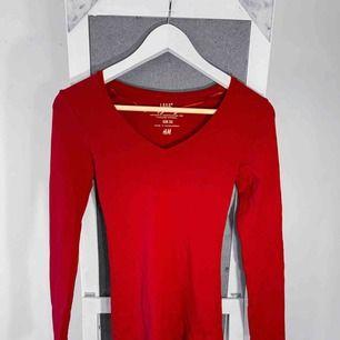 Långärmad röd tröja från HM storlek xs i bra skick. Frakt kostar 36kr extra, postar med videobevis/bildbevis. Jag garanterar en snabb pålitlig affär!✨ ✖️Fraktar endast✖️