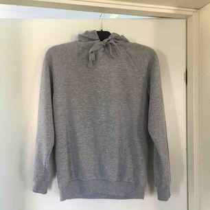 Mysig grå hoodie. Väl använd men fortfarande i gott skick!🤩