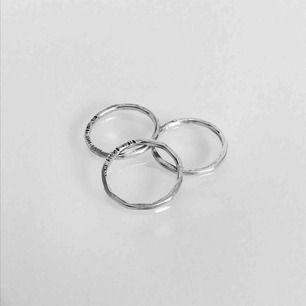Tre fina tunna ringar i äkta silver,  stämplad 925, storlek 15 (15mm) frakt ingår