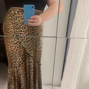 Lång leopard mönstrad klänning med girlanger som bryter av på ett somrigt vis. Finns ingen storlek då den är köpt vintage, men det finns strech i midjan vilket gör att den passar alla typer av kroppar.  Obs! Jag är cirka 160   Köparen står för frakt 💘