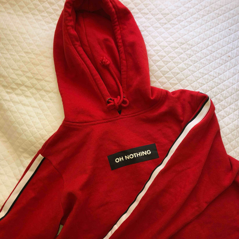 Säljer denna super snygga och coola lite cropped hoddien!!!  . Huvtröjor & Träningströjor.