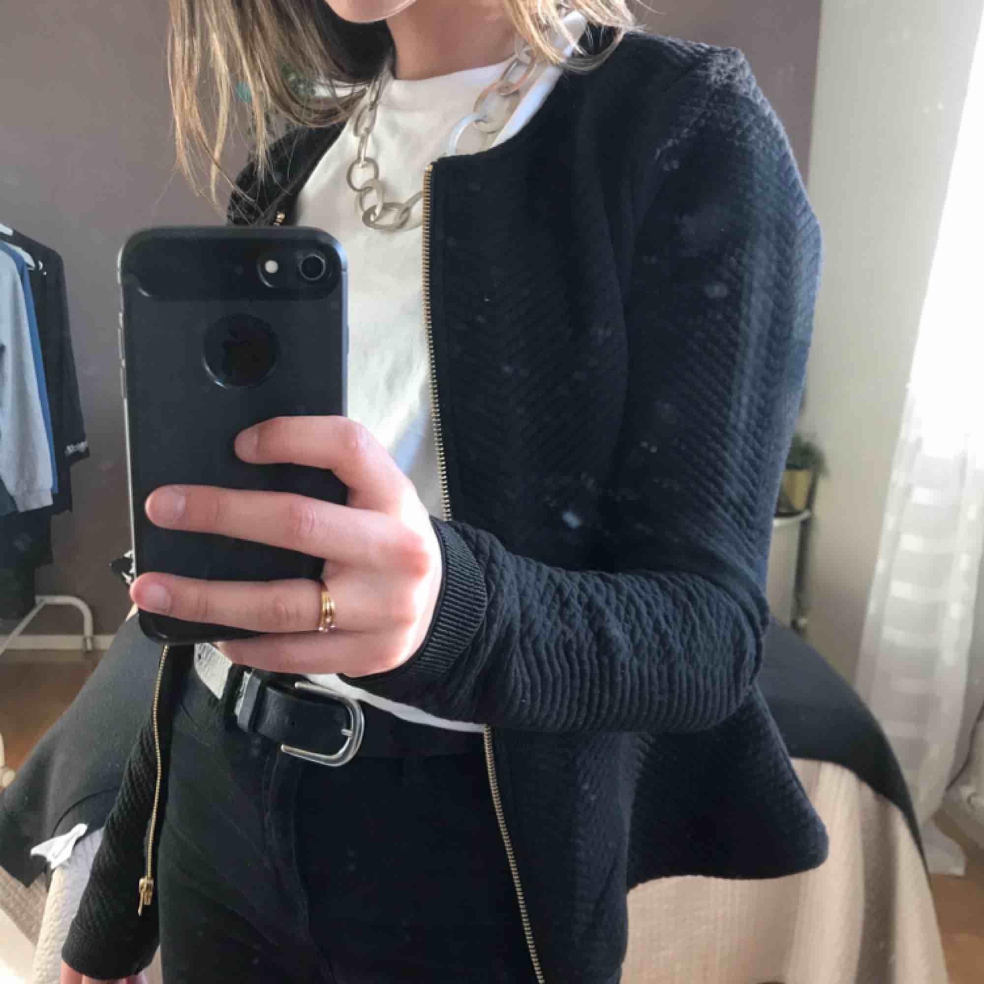 Elegant och fin kofta med mönster och gulddetaljer från Vero Moda. Aldrig använt och säljer pga att de inte riktigt är min stil. Köparen står för frakt!. Jackor.