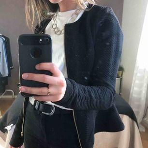 Elegant och fin kofta med mönster och gulddetaljer från Vero Moda. Aldrig använt och säljer pga att de inte riktigt är min stil. Köparen står för frakt!