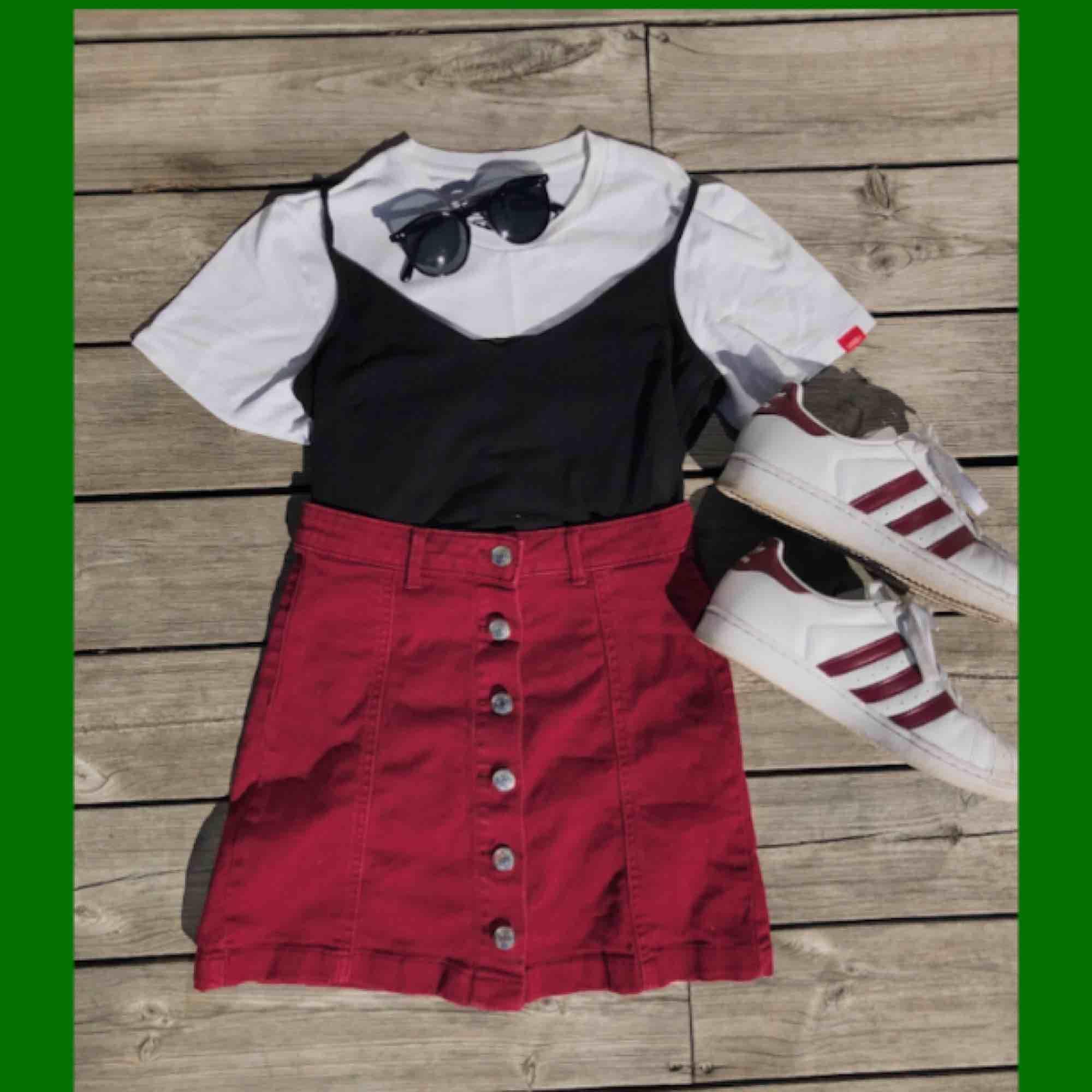 Vinröd denim kjol med knappar fram. Aldrig använd, tvättad en gång och då lossnade några trådar vid knapparna (se bild 2) Hyfsat liten så mer som en 32. Kjolar.
