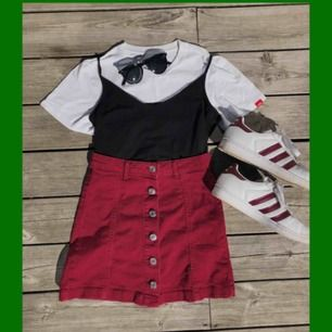 Vinröd denim kjol med knappar fram. Aldrig använd, tvättad en gång och då lossnade några trådar vid knapparna (se bild 2) Hyfsat liten så mer som en 32