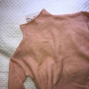 Säljer denna oanvända tröja med prislappen kvar eftersom att jag har två!!  Står M men skulle säga att den passar mer XS/S! Priser går att diskutera💞💞