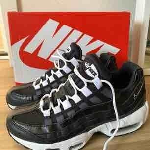 Svarta Nike air max! Endast använda 1 gång så är i mycket fint skick, låda finns kvar 🌸 frakten ingår i 1000kr