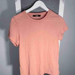 Rosa T-shirt från BikBok storlek xs i bra skick, lite nopprig. Frakt kostar 18kr extra, postar med videobevis/bildbevis. Jag garanterar en snabb pålitlig affär!✨