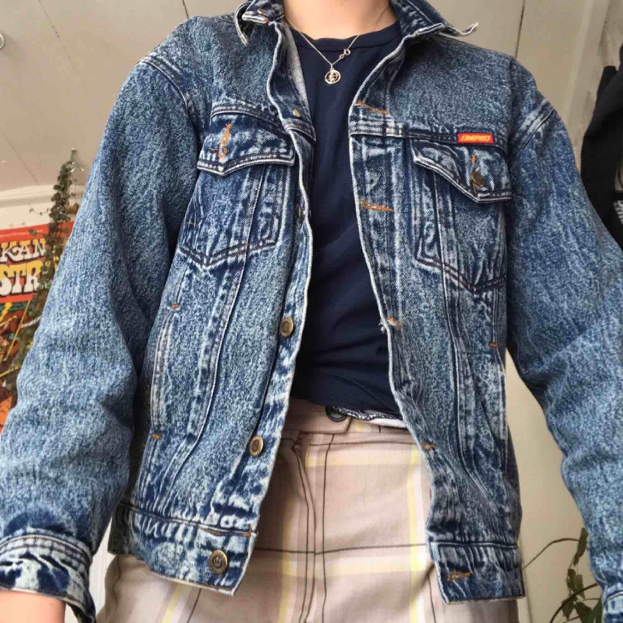 Snygg jeansjacka som kommer vara skitnajs nu i vår/sommar 🥰 Sitter bekvämt, passar både s och m beroende på hur man vill ha den. Kan fraktas eller mötas upp i Stockholm. Skynda fynda nu🌱🌿☘️🍀. Jackor.