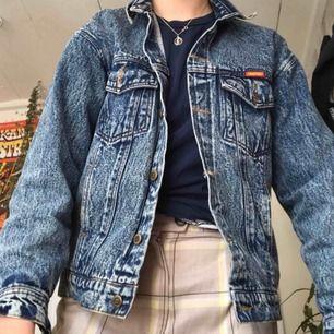 Snygg jeansjacka som kommer vara skitnajs nu i vår/sommar 🥰 Sitter bekvämt, passar både s och m beroende på hur man vill ha den. Kan fraktas eller mötas upp i Stockholm. Skynda fynda nu🌱🌿☘️🍀