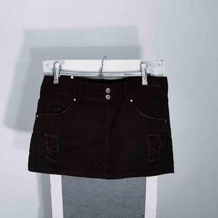 Svart kort jeanskjol från Gina Tricot storlek 38 i bra skick. Frakt kostar 36kr extra, postar med videobevis/bildbevis. Jag garanterar en snabb pålitlig affär!✨