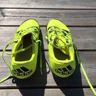 Adidas X skor, endast använda inomhus och har därför bra skick.