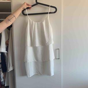 Vit klänning. Perfekt för sommaren. Finns att hämta i Göteborg annars står köparen för frakten.