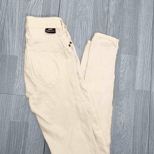 Vita högmidjde dr.denim jeans storlek xs i använt skick, har defekter därav priset. Frakt kostar 55kr extra, postar med videobevis/bildbevis. Jag garanterar en snabb pålitlig affär!✨