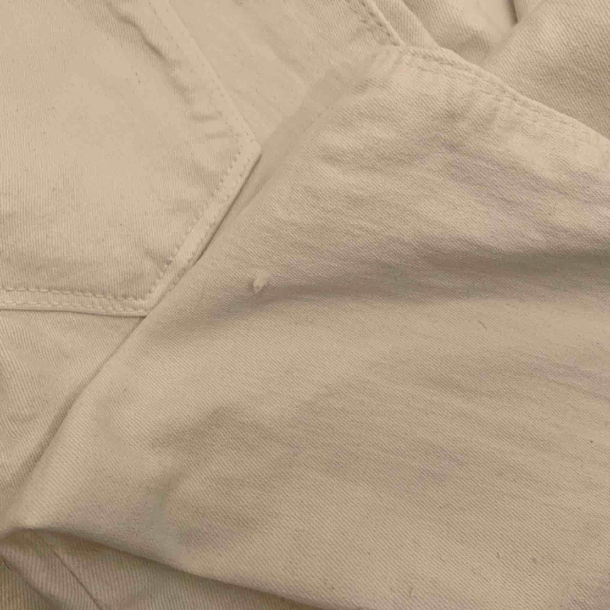 Vita högmidjde dr.denim jeans storlek xs i använt skick, har defekter därav priset. Frakt kostar 55kr extra, postar med videobevis/bildbevis. Jag garanterar en snabb pålitlig affär!✨. Jeans & Byxor.