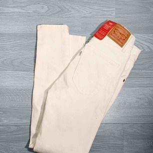 Nya vita högmidjade Levis jeans storlek 24 (passar även 25) Nypris 999kr Frakt kostar 55kr extra, postar med videobevis/bildbevis. Jag garanterar en snabb pålitlig affär!✨