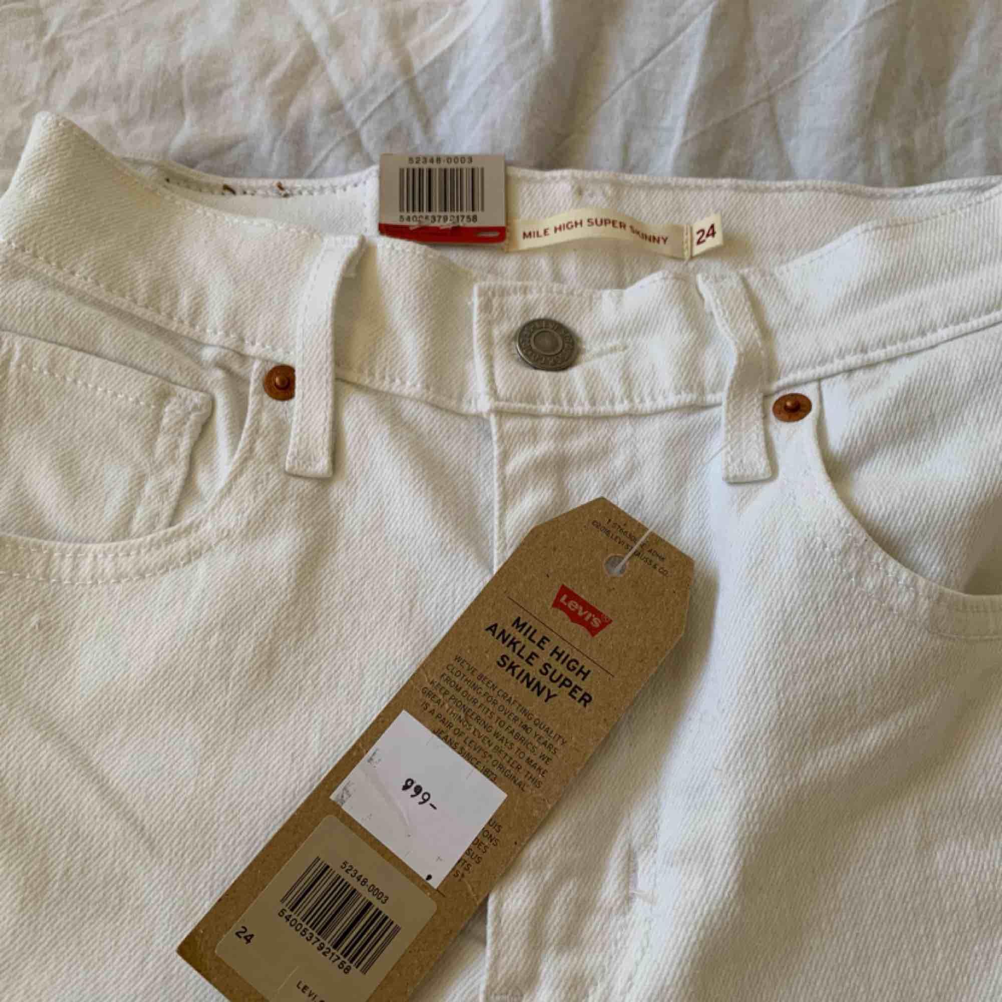 Nya vita högmidjade Levis jeans storlek 24 (passar även 25) Nypris 999kr Frakt kostar 55kr extra, postar med videobevis/bildbevis. Jag garanterar en snabb pålitlig affär!✨. Jeans & Byxor.