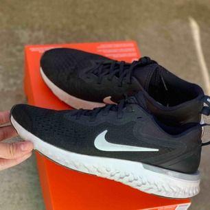 Nya Nike-sneakers i storlek EU 41 i modellen Odyssey react. Endast provade ute en gång. Nypris 840 kr. Säljes i originalkartong.
