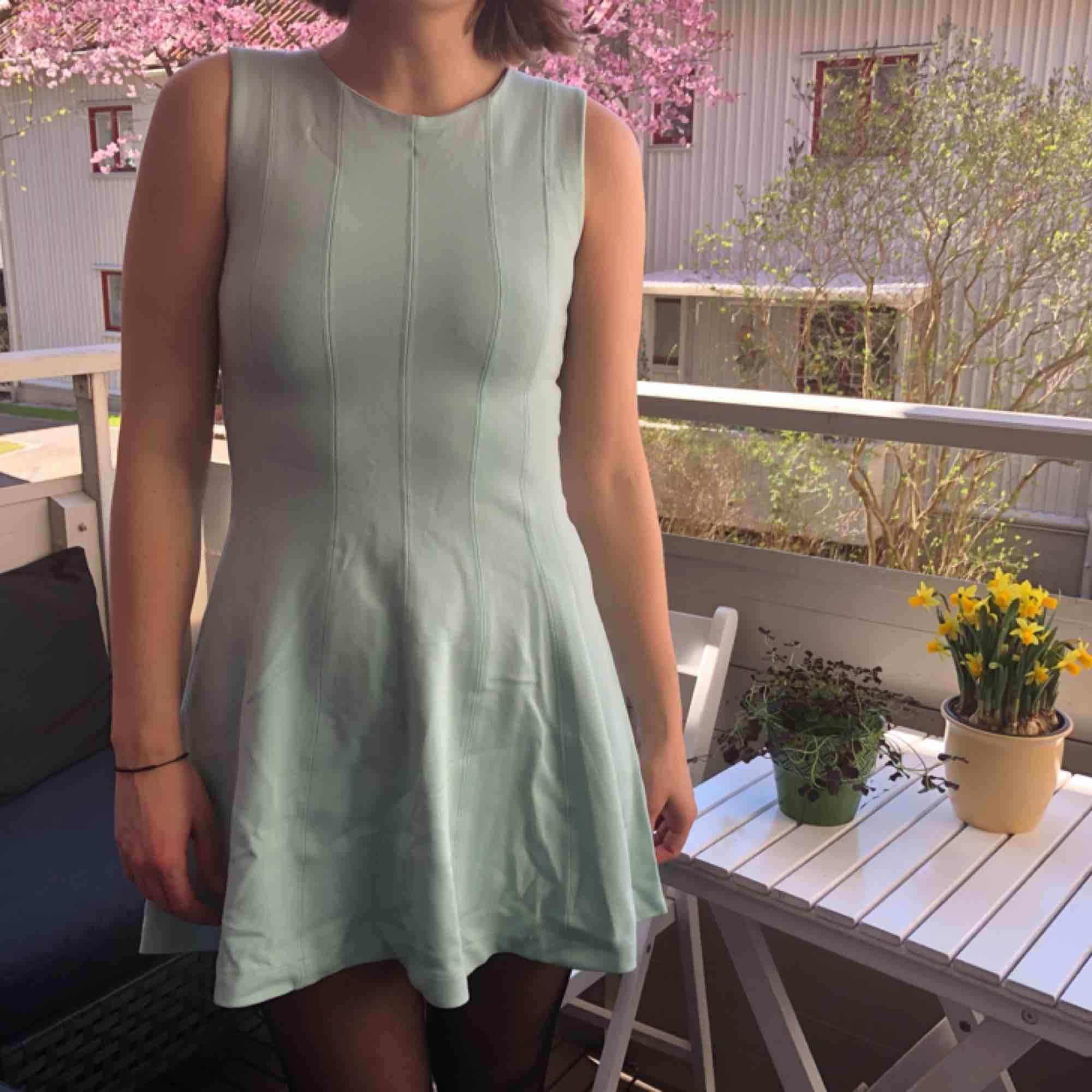 Ljusturkos A-formad klänning från Zara.  Kan mötas upp i Göteborg, annars tillkommer frakt ☀️. Klänningar.