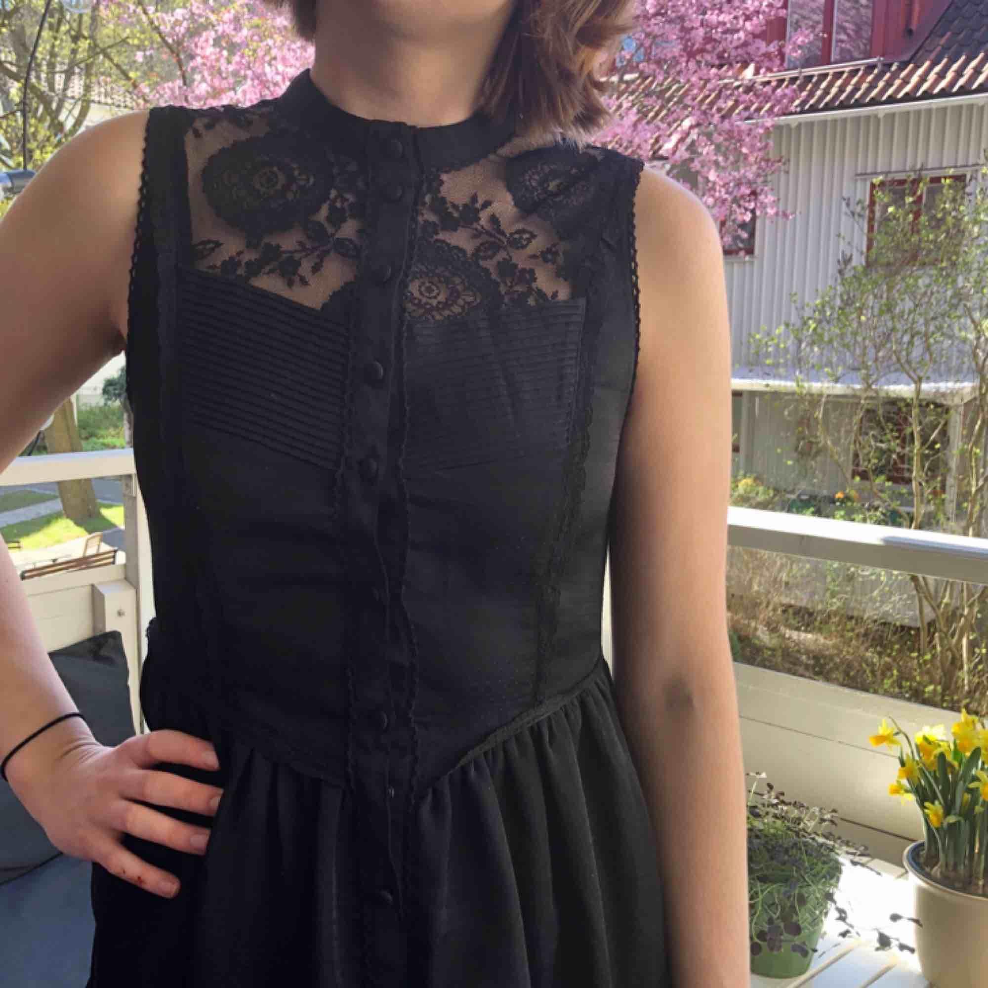 Svart klänning med spetsdetaljer! Hur fin som helst men tyvärr för liten för mig.  Kan mötas upp i Göteborg, annars tillkommer frakt! . Klänningar.