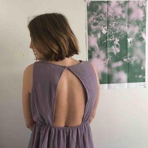 Ljuslila klänning i chiffong med underskjol.