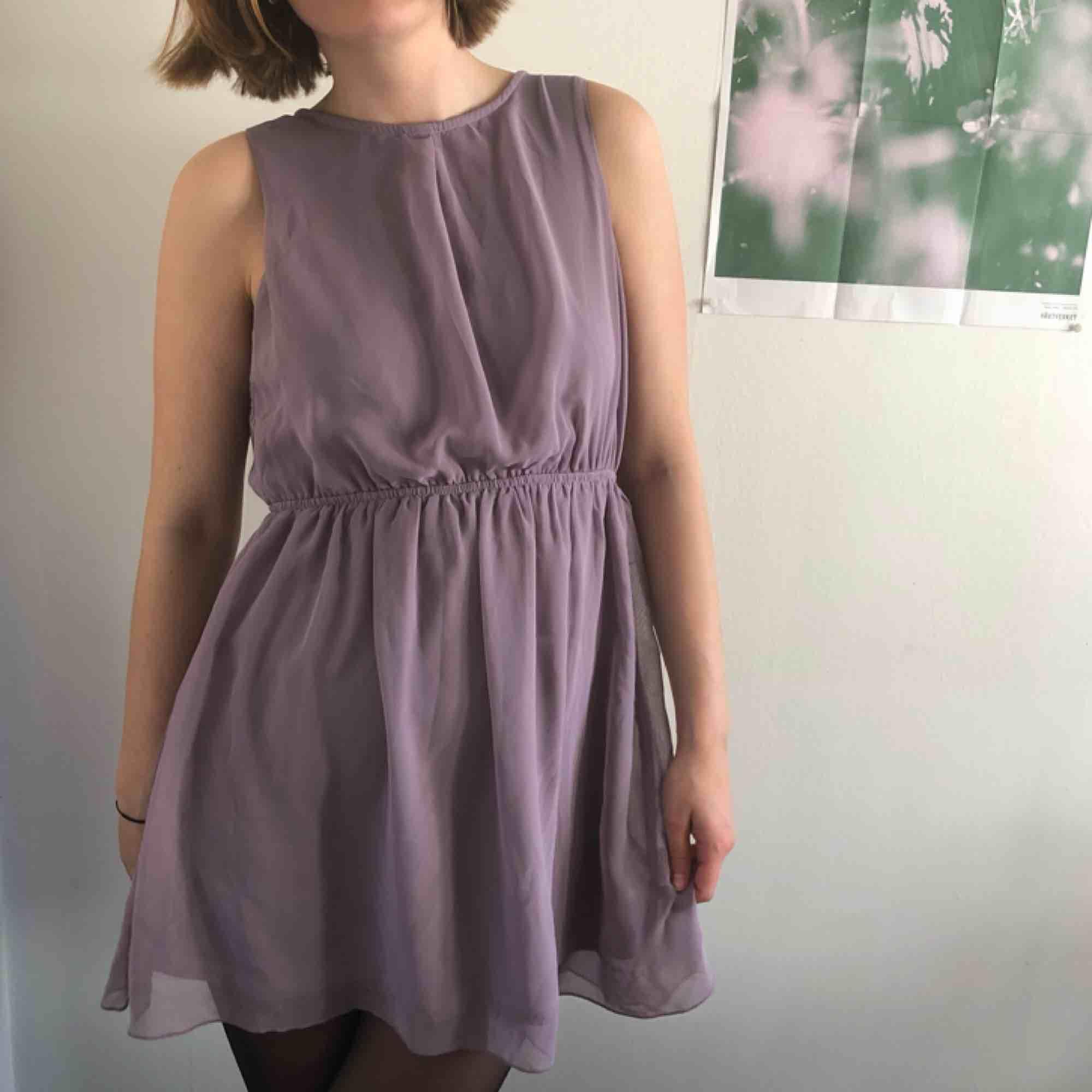 Ljuslila klänning i chiffong med underskjol. . Klänningar.