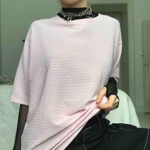 Cool oversized tshirt från monki i sportigt material. Den är ljusrosa men det är svårt att fånga rätt färg på bild! Passar en xs-m beroende på hur man vill att den sitter men den är stretchig!