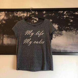 """En fin t-shirt där det står """" My life, My rules"""" på den!"""