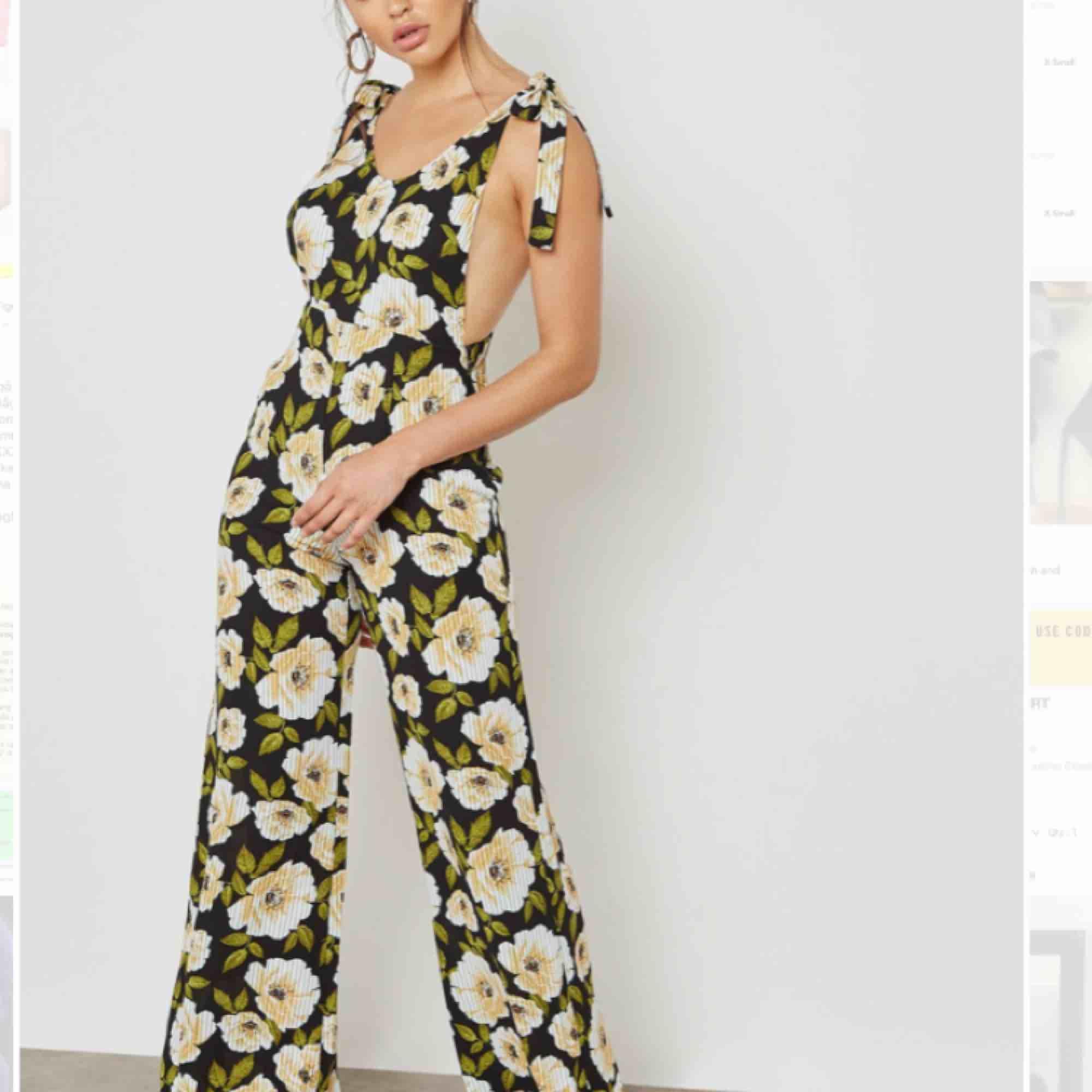 Blommig jumpsuit köpt förra året, aldrig använd. . Jeans & Byxor.