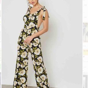 Blommig jumpsuit köpt förra året, aldrig använd.